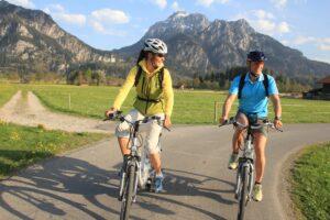 Mit dem E-Bike unterwegs unterhalb von Schloss Neuschwanstein bei Füssen im Allgäu