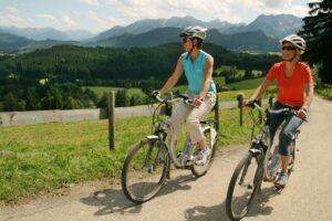 E-Bike-Tour zur Schlossbergalm unterhalb der Burgruinen Hohenfreyberg und Eisenberg bei Füssen im Allgäu.